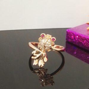 """Дамски пръстен """"Риба"""" с инкрустирани розови и бели цирконии. Розово златно покритие"""