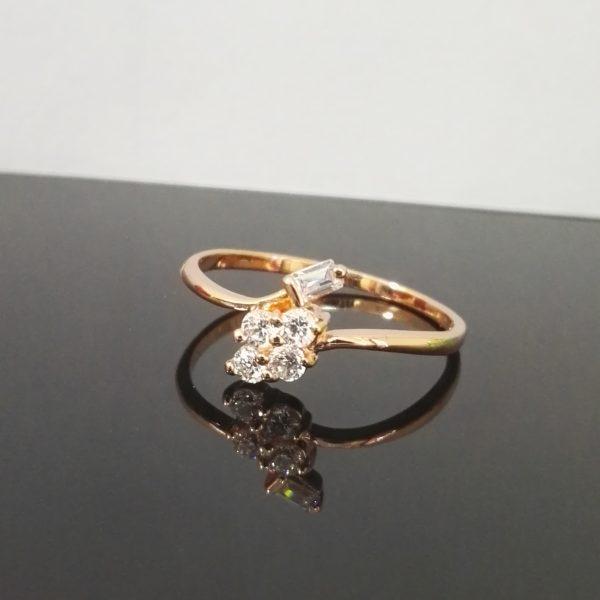 Дамски нежен пръстен с бели кристали. Розово златно покритие