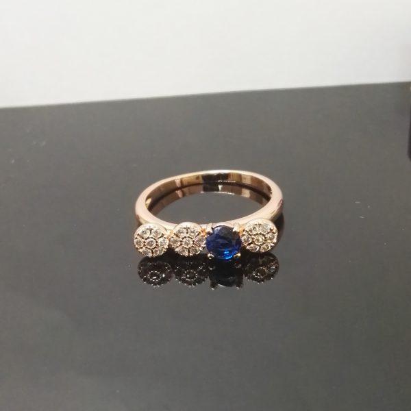 Дамски пръстен със сини и бели цирконии. Розово златно покритие