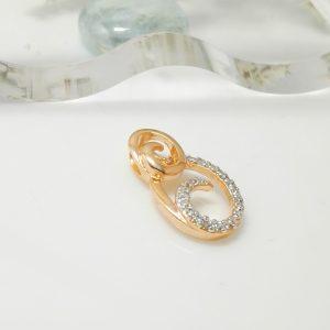 Стилна и елегантна висулка с инкрустирани кристали.18к златно покритие