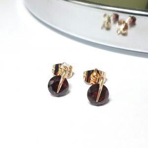 Дамски обеци на винт с червен цирконий. 18К златно покритие Размер: 9/7 мм