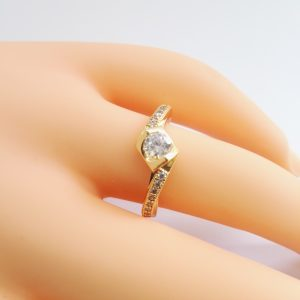 Стилен дамски пръстен с бял кубичен цирконий и микроцирконии. 18К златно покритие.