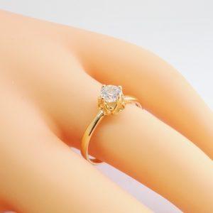 Нежен дамски пръстен с акцент – бял цирконий. 18К златно покритие.