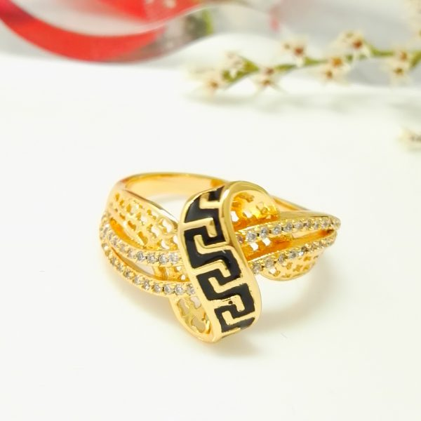 """Масивен дамски пръстен """"Шанел"""" с бели цирконии и черен емайл . 18К златно покритие"""