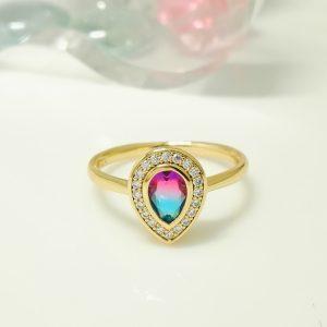 Елегантен дамски пръстен с цвят хамелеон на циркония и бели кубични цирконии. 18К златно покритие