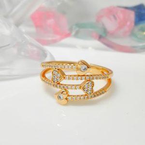 Масивен дамски пръстен с бели цирконии – сърцевидни елементи. 18К златно покритие