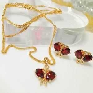 Стилен дамски комплект – висулка, синджир, обеци с червени кубични цирконии. 18К златно покритие.