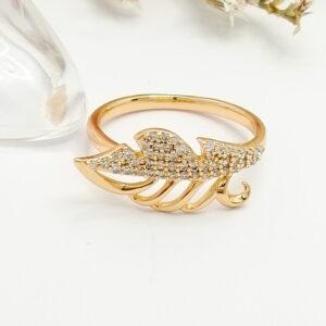 """Изящен дамски пръстен """"Листото"""" с бели кубични цирконии. 18К златно покритие"""
