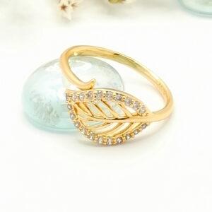 """Дамски пръстен """"Кристално листо"""" с бели кубични цирконии. 18К златно покритие"""