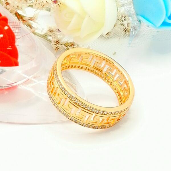 Дамски пръстен с красива орнаментика и бели кубични цирконии.18К златно покритие