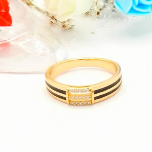 Стилен дамски пръстен с бели кубични цирконии и черен емайл.18К златно покритие