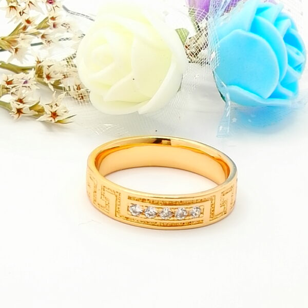 Дамски пръстен тип халка с бели кубични цирконии.18К златно покритие