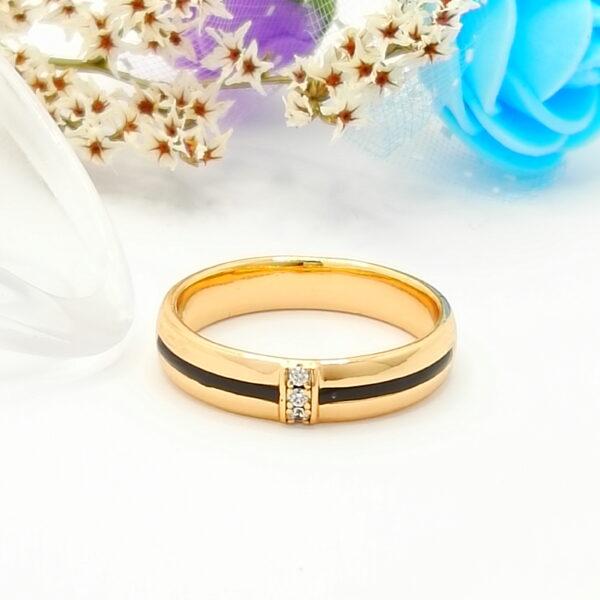 Нежен дамски пръстен с бели кубични цирконии и черен емайл.18К златно покритие