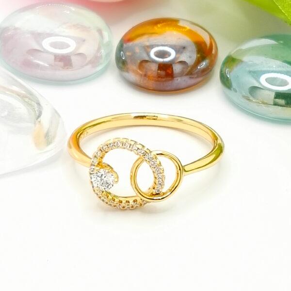 Нежен дамски пръстен с бели кубични цирконии.18К златно покритие