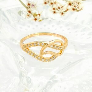 Елегантен дамски пръстен с бели кубични цирконии.18К златно покритие