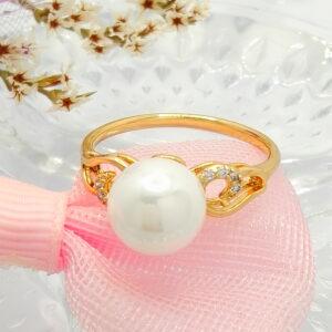 Стилен дамски пръстен с бяла перла и бели кубични цирконии.18К златно покритие